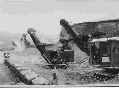 Vor der Schmalspurbahn steht Paul Kleiber 1952
